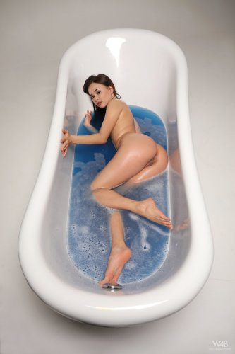 Li Moon в ванной
