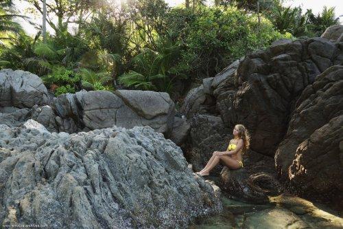 Stella Lane снимает жёлтый купальник