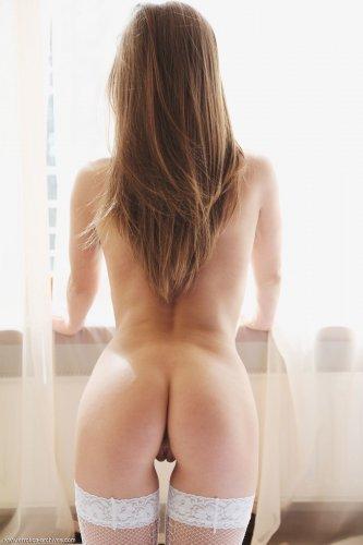 Возбуждённая блудница Alyssa A с упругой голой попкой в белых чулках