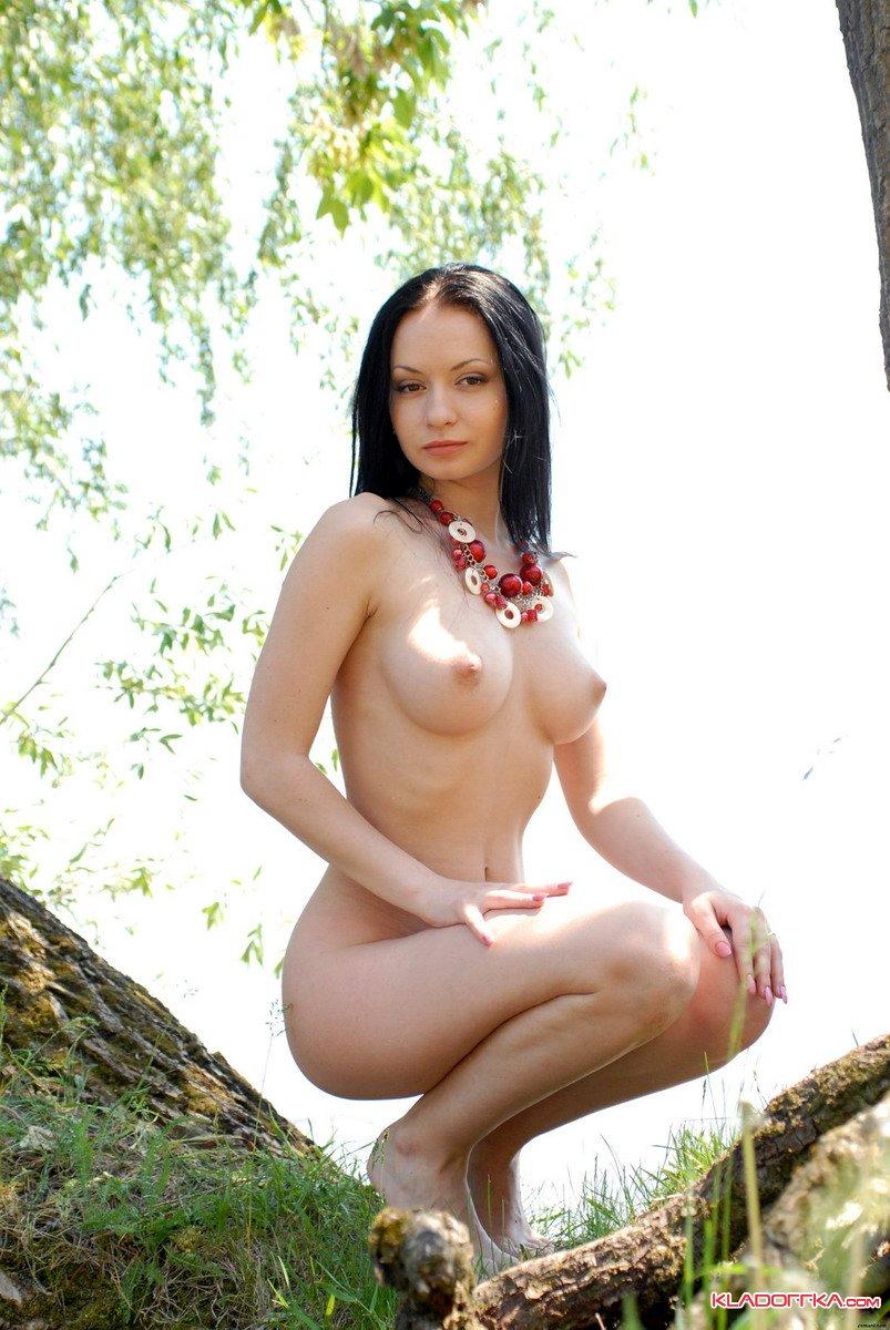 golie-devchonki-u-reki-posmotret-chastnoe-porno-foto-i-video-zrelih-babtsov