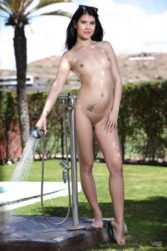 Lady Dee принимает душ в саду