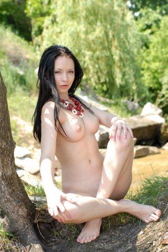 Allana голая у реки
