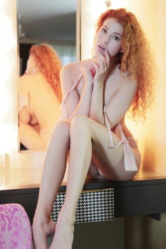 Рыжеволосая Heidi Romanova снимает трусы