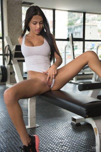 Голая Denisse Gomez в спортзале