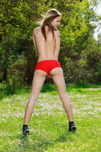Izabel в красных шортах