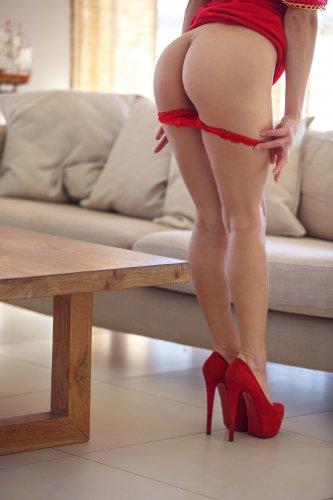 Gloria Sol в сексуальном красном платье
