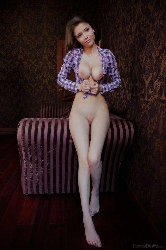 Mila Azul снимает рубашку и показывает сиськи