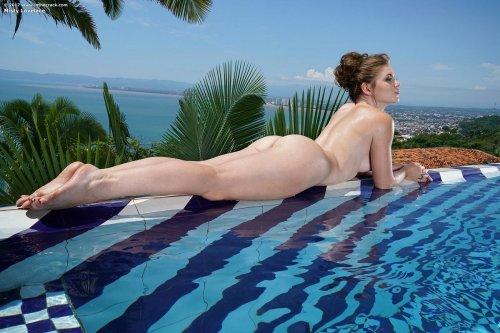 Misty Lovelace у бассейна