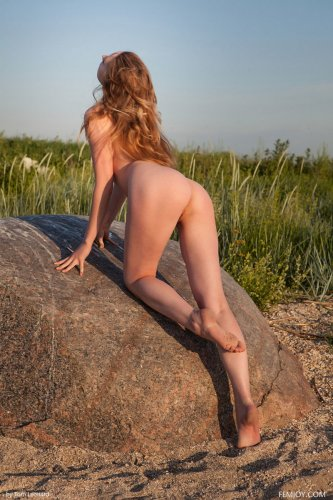 Ginger Frost голышом на берегу озера