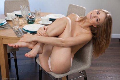 Maria Pie снимает платье в гостиной