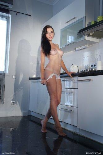 Niemira снимает трусики на кухне