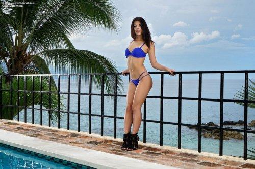 Gina Valentina купается в бассейне