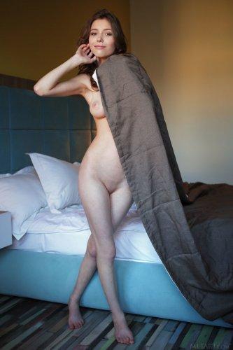 Mila Azul возбудилась в номере отеля