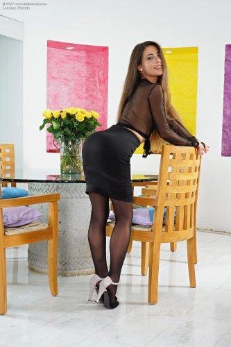 Lorena Garcia ласкает себя в гостиной