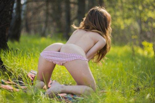 Cara Mell в лесу