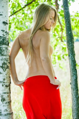 Stella Laneснимает красное платье