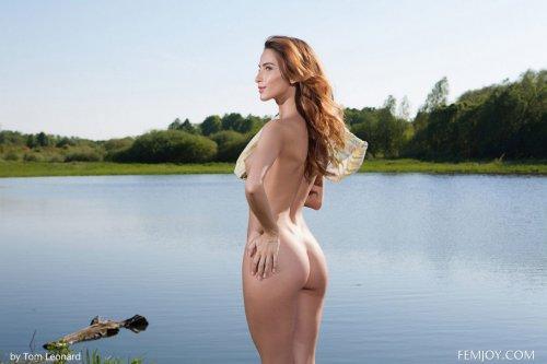 Голая Cara Mell на озере