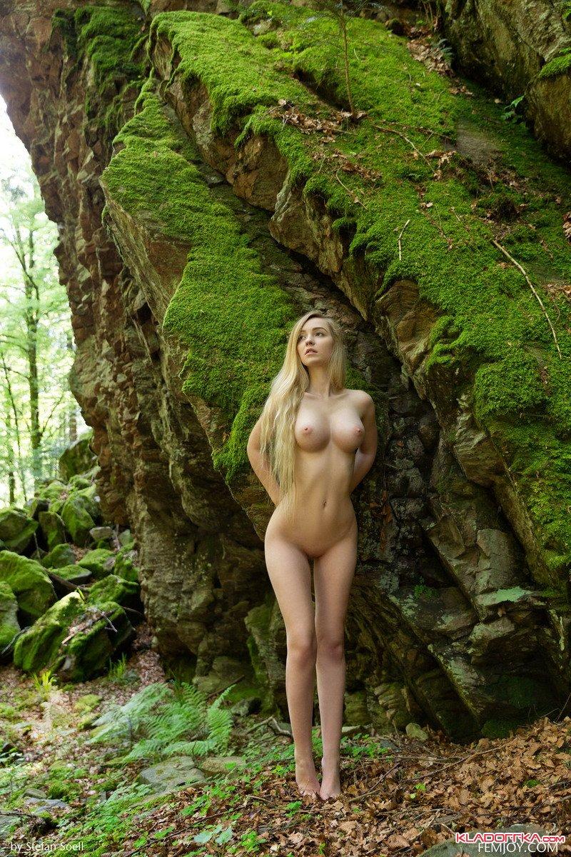 Голая модель Акация в лесу