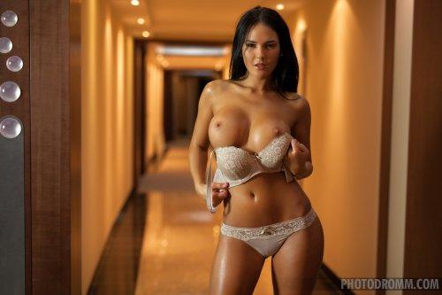 Kenda гуляет голая по отелю
