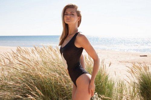 Maria Pie снимает чёрный купальник на пляже