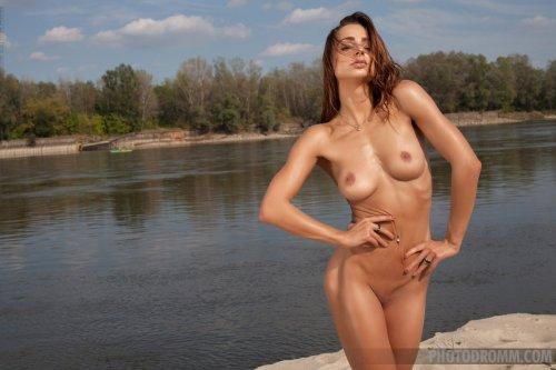 Голенькая Rebecca Photodromm у речки