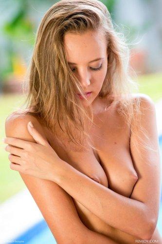 Сексуальная Katya Clover в фиолетовых стринги
