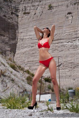Шаловливая Charlotta снимает красный купальник