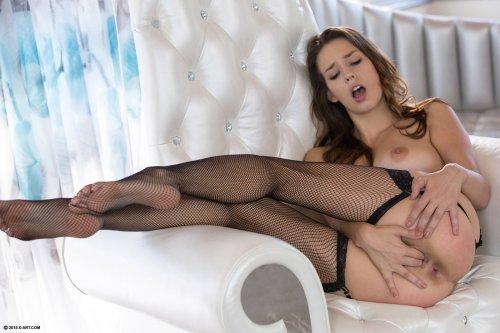 Сексуальная Madi Meadows в чёрный нейлоновых чулках