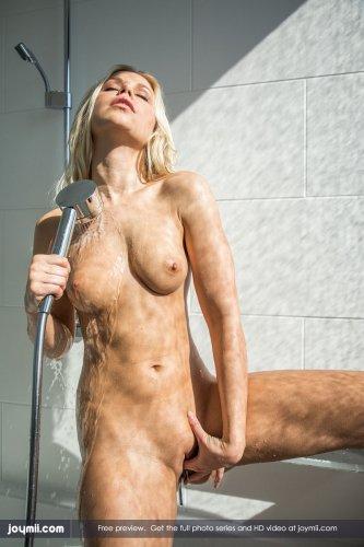 Обнажённая Lola Myluv намочила пизду в ванной и кончила в кровати