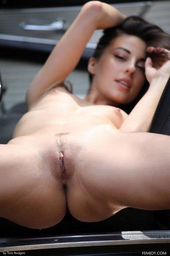 Грациозная красотка Lorena Garcia раздевается на фоне ретро автомобиля