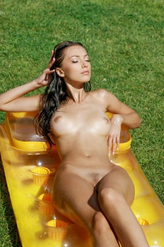 Эротичная развратница Anna AJ загорает голая на надувном матрасе